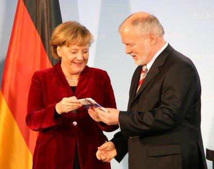 Angela Merkel und Harald Ringstorff mit 2 Euro Münze 2007